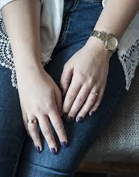 kobieta z paznokciami po manicure